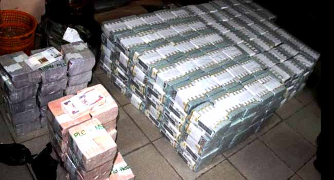 EFCC Finds Huge Sums Of Money In Ikoyi Apartment